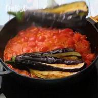 """id_35562 """"Вееер"""" из баклажанов с томатным соусом 🍆🍅  Автор: Cookist  #gif@bon"""