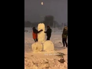 Взрослые тоже любят лепить из снега | LENTTA