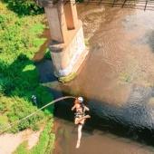 Прыжок с моста над рекой