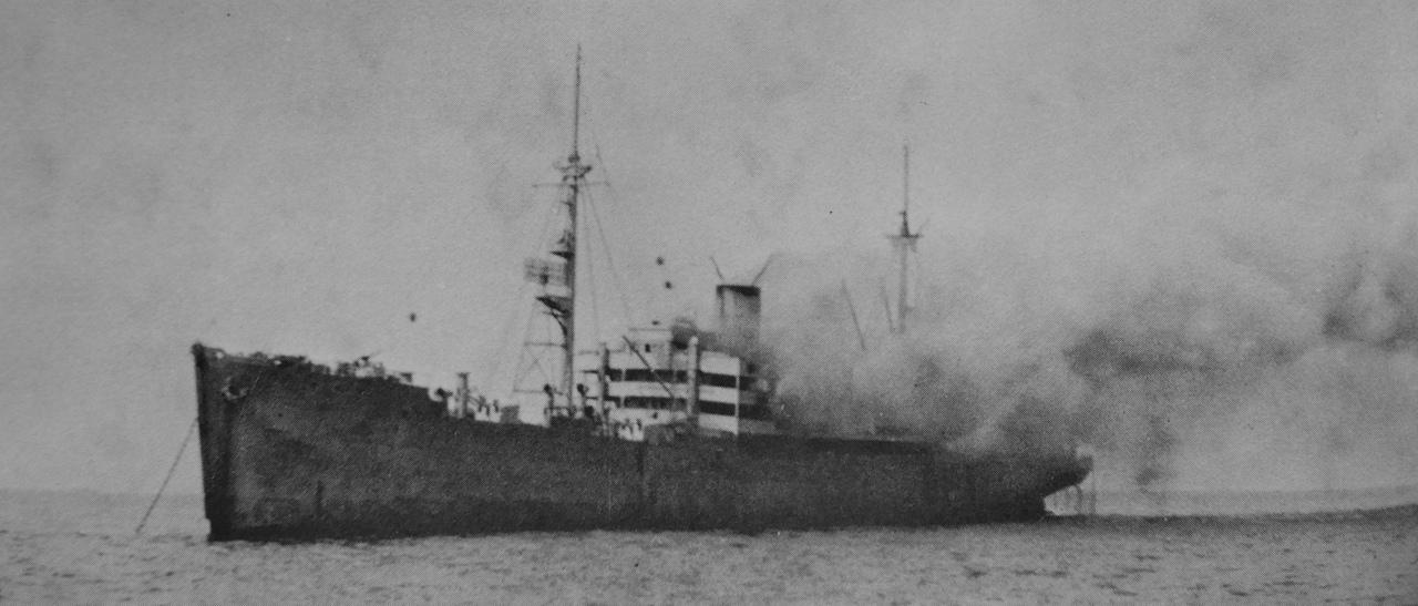 4 мая 1945 года. Германия. Немецкий вспомогательный крейсер «Orion» (бывшее грузовое судно «Kurmark»), горящий после налета советской авиации. Крейсер после атаки затонул, из 4000 человек, находившихся на борту, погибли 150.