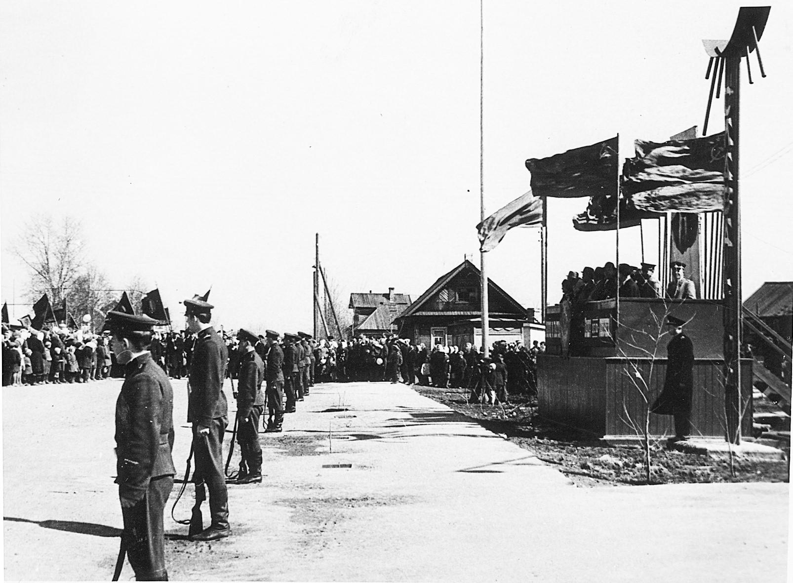 Фото конца 1960-ых годов, первомайская демонстрация в