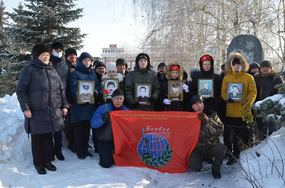 На центральной площади Петровска прошло возложение цветов к памятнику воинам-интернационалистам