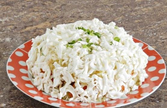 Слоеный овощной салат с плавленым сыром и яйцом Слоёный овощной салат с плавленым сыром и яйцом - простой салат из доступных ингредиентов. Так как все продукты натираются на терке, такой салат
