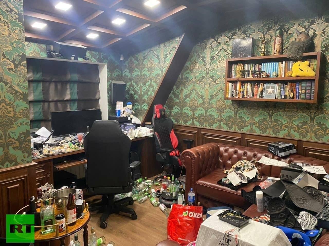 Юрий Хованский устроил в квартире помойку и притон