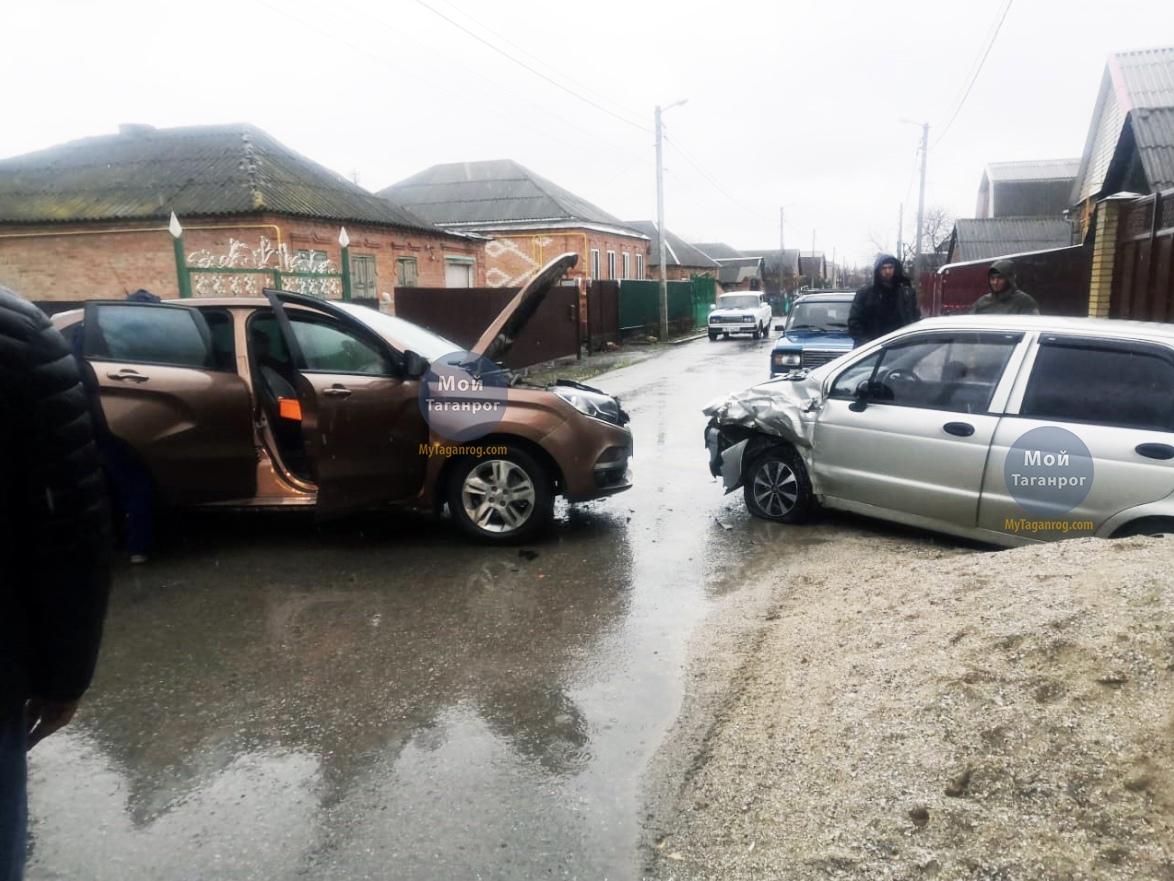 Под Таганрогом в Петрушино столкнулись Lada Xray и Daewoo Matiz, пострадала 9-летняя девочка
