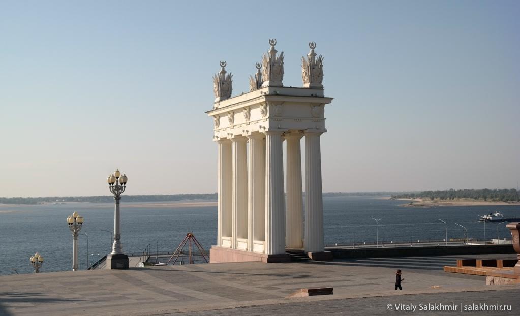 Колонны на набережной, Волгоград 2020