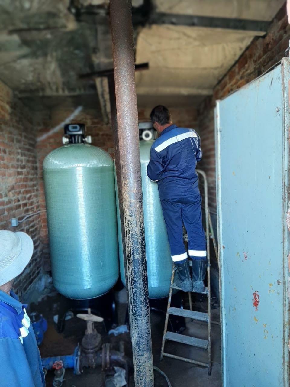 11 июня на скважину Лесокомбинатского микрорайона привезли и установили оборудование по обезжелезиванию воды.