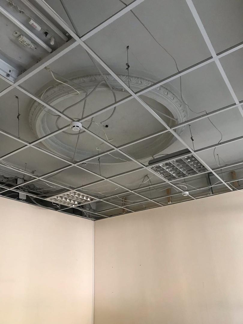 Март 2020-го года. После демонтажа потолочных плит нашему взору открылся лепной декор потолка.