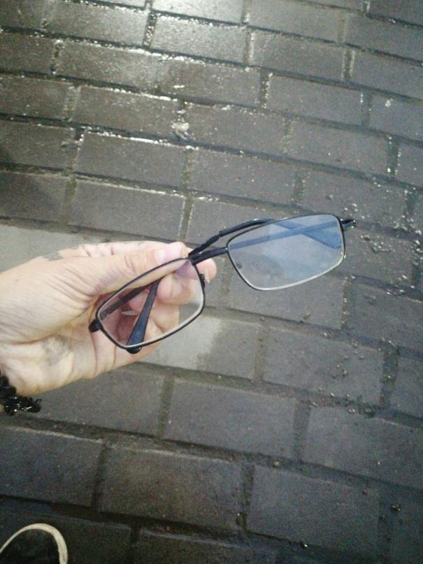 Найдены очки на скамейке у фантана в 1 мкр 50 дом, забрать можно в этом же доме...