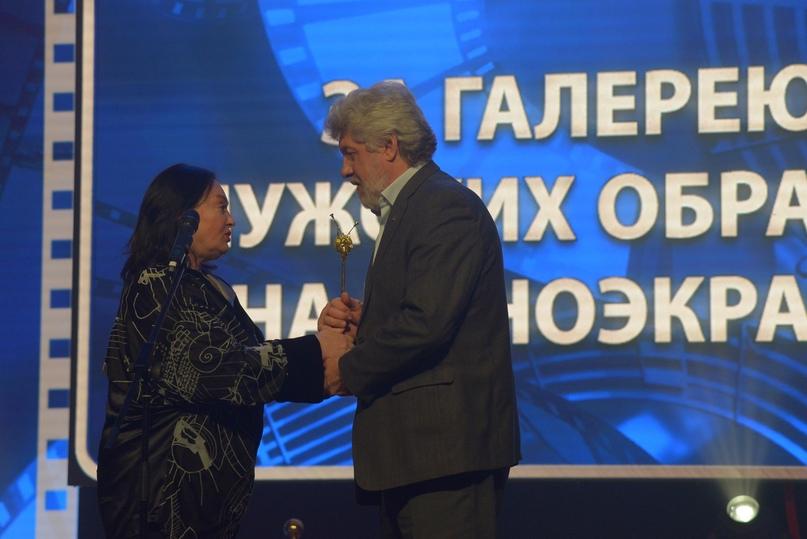Заслуженная артистка РФ Лариса Гузеева вручает приз Народному артисту России Сергею Паршину