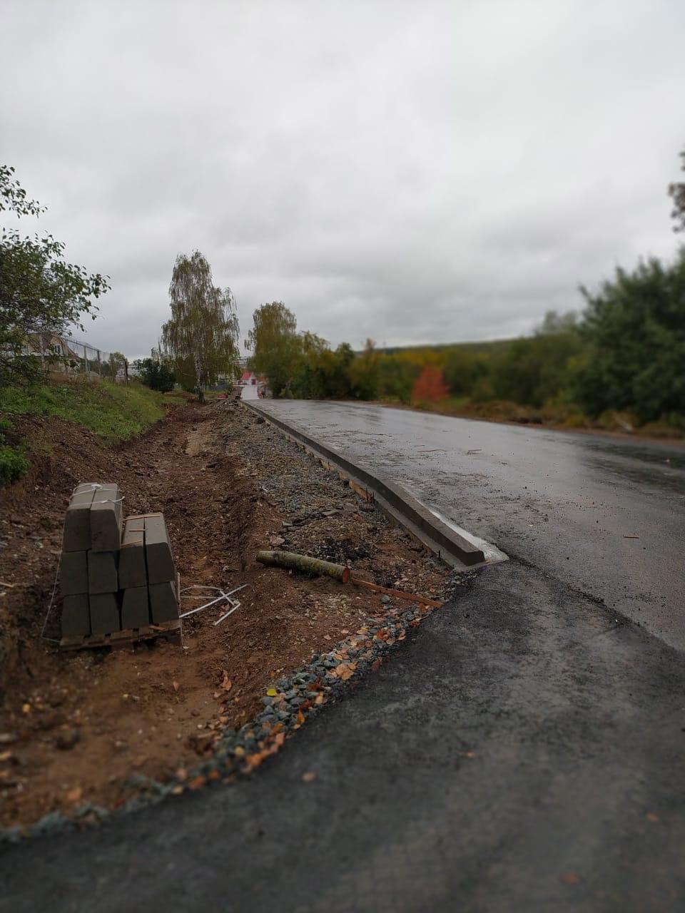 Дорога на городской пруд с бордюром и