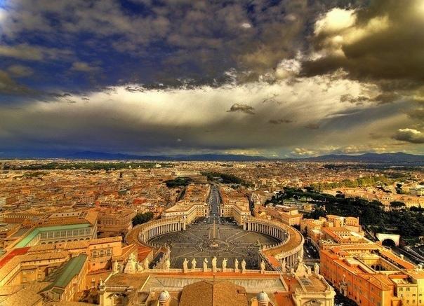 Ватикан: сокровища и шедевры самого маленького анклава Крошечное государство-анклав. Самое маленькое в мире: его территория всего лишь 44 га, а население около 800 человек. Однако, не смотря на