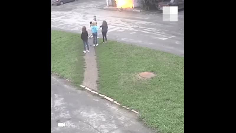 Подростки закидали спичками мусорные баки