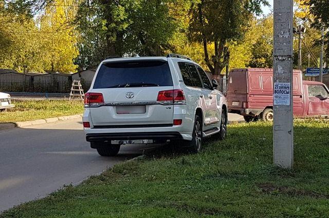 Мэра Нефтекамска обвинили за парковку на газоне. Администрация говорит, что это сделал не он