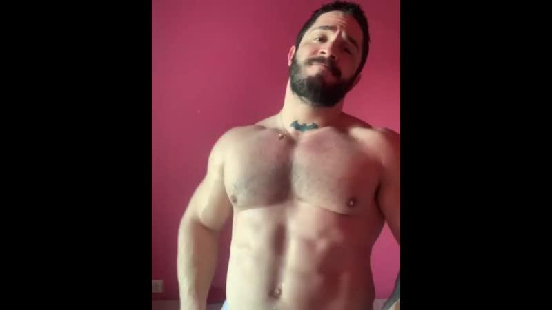 Мускулистый красавец показывает свои мускулы