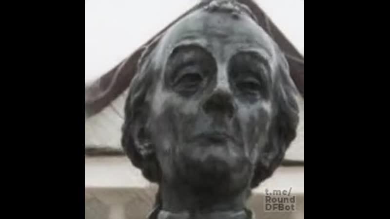 Долбанутый на всю голову Суворов реинкарнировал в свою статую и запел на японском