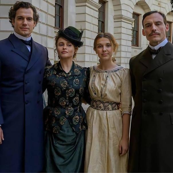Генри, Хелена, Милли и Сэм на съёмочной площадке «Энолы Холмс»