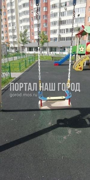 Ответственные службы починили качели во дворе на Липчанского