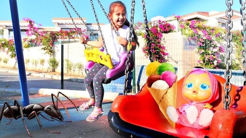 Selín hace deporte en el parque para niños Juegos divertidos Vídeos para niñas