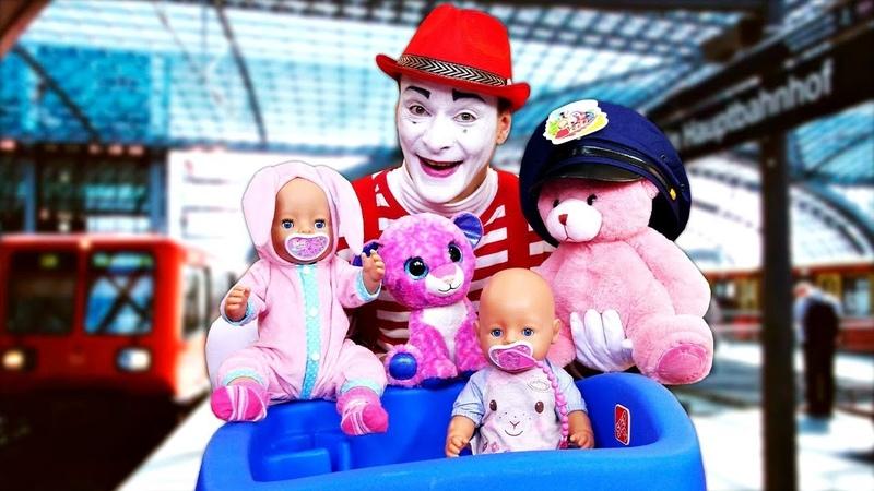 Die Baby Born Puppe fährt mit dem Zug Lustiges Spielzeug Video mit dem Clown