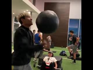 Как вам такая тренировка? [thats a 20-lb medicine ball - - via @infamous_wu13] #бокс