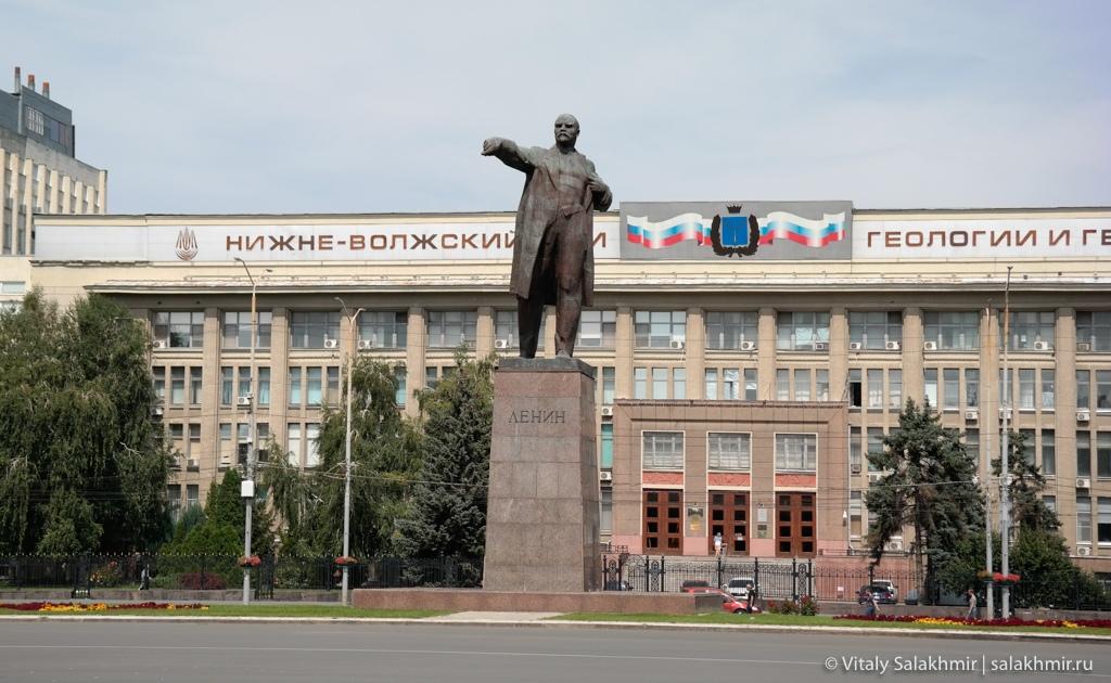 Театральная площадь в Саратове, памятник Ленину